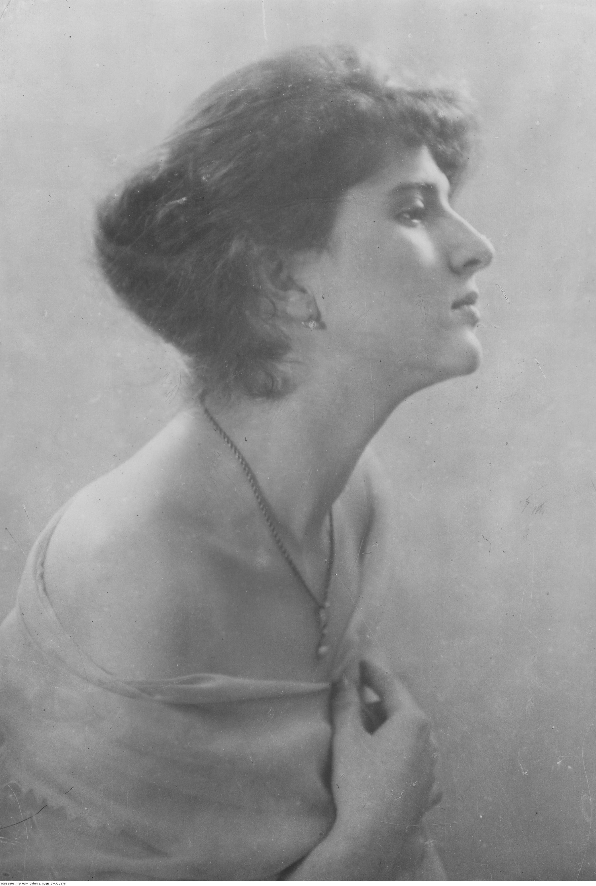 Opis obrazu: Krystyna Ostrowska, gwiazda warszawskich salonów. Fotografia portretowa. - PIC_1-K-12678